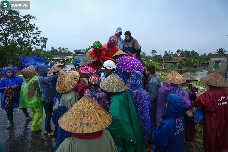 [Ảnh] Người phụ nữ ở Quảng Bình lao ra dòng nước lũ xin đồ ăn cho mẹ già bật khóc khi được cứu hộ khỏi ghe lật  - Ảnh 7.