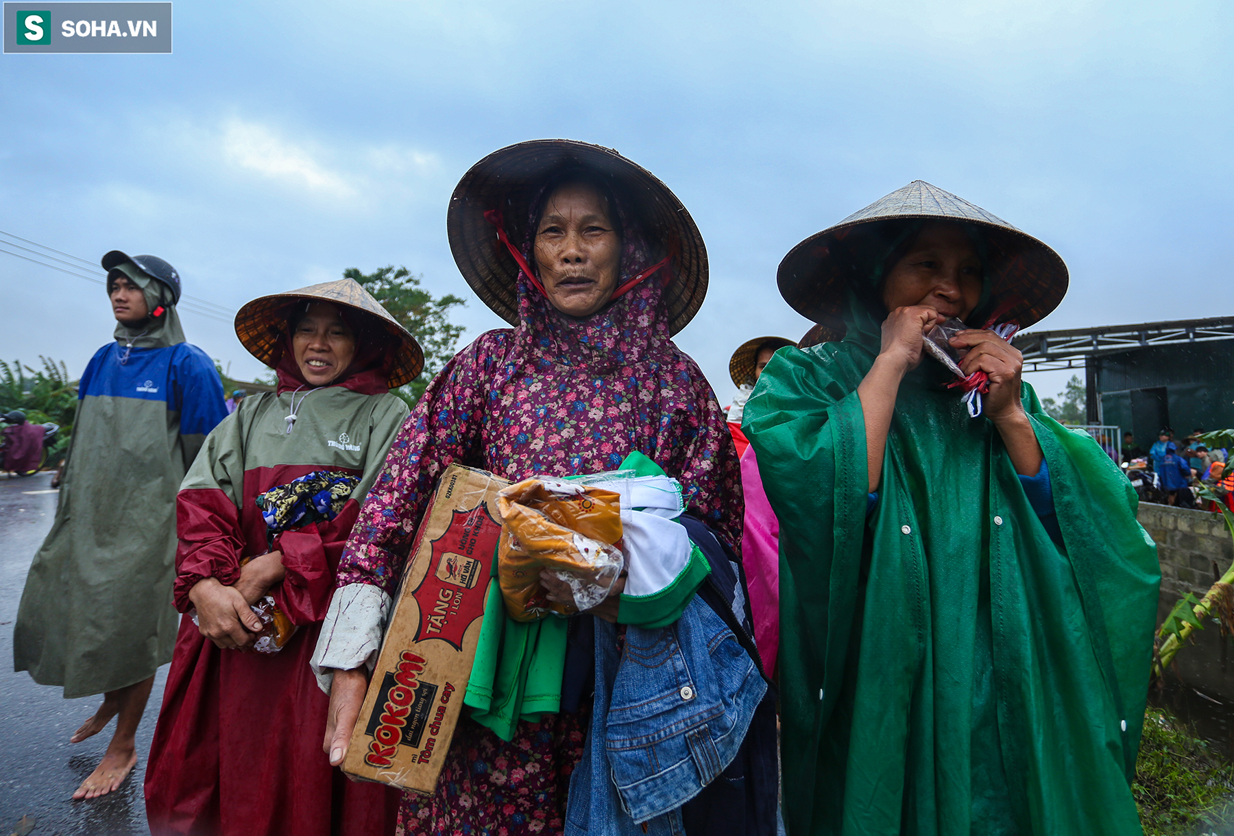 [Ảnh] Người phụ nữ ở Quảng Bình lao ra dòng nước lũ xin đồ ăn cho mẹ già bật khóc khi được cứu hộ khỏi ghe lật  - Ảnh 12.