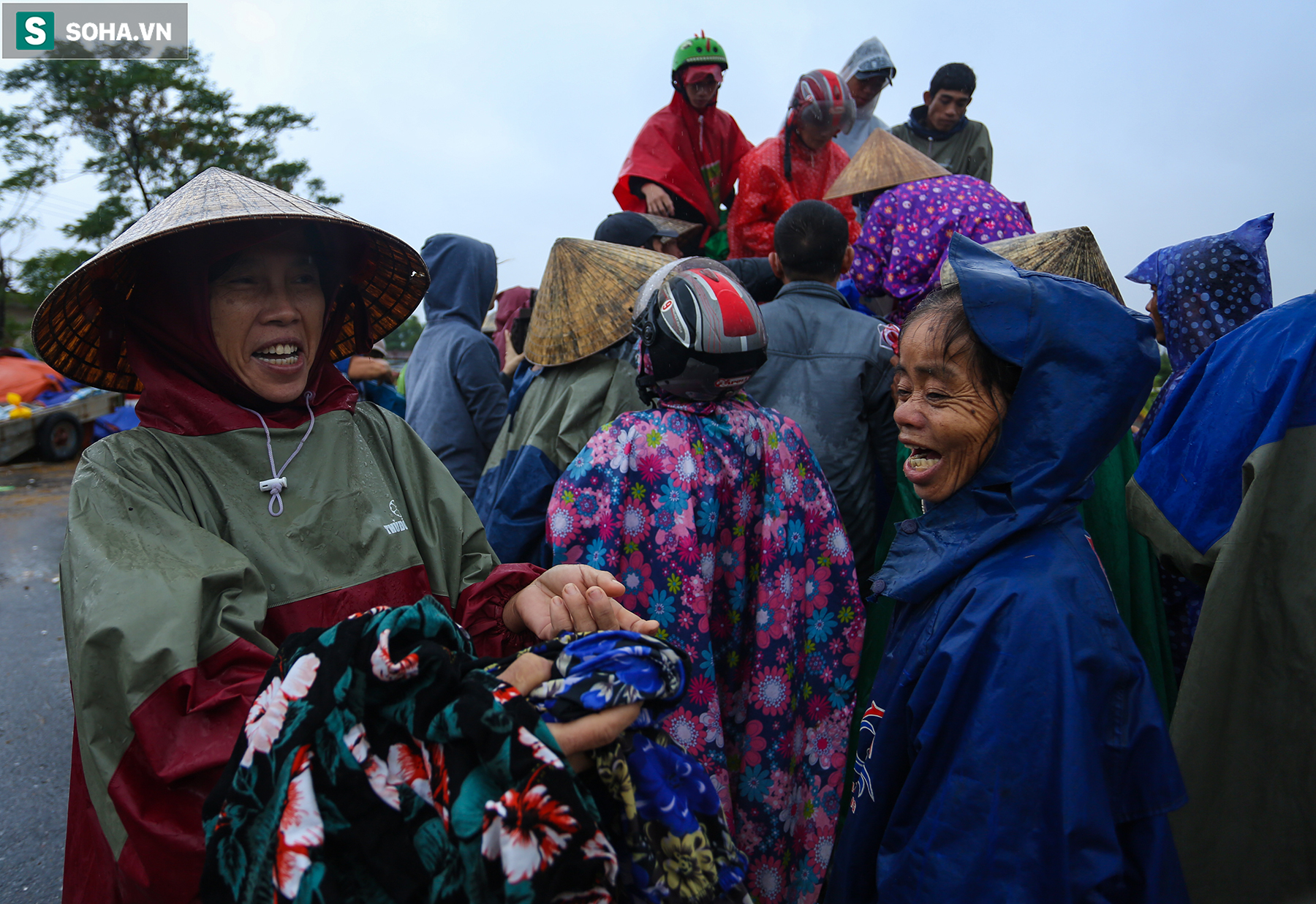 [Ảnh] Người phụ nữ ở Quảng Bình lao ra dòng nước lũ xin đồ ăn cho mẹ già bật khóc khi được cứu hộ khỏi ghe lật  - Ảnh 8.