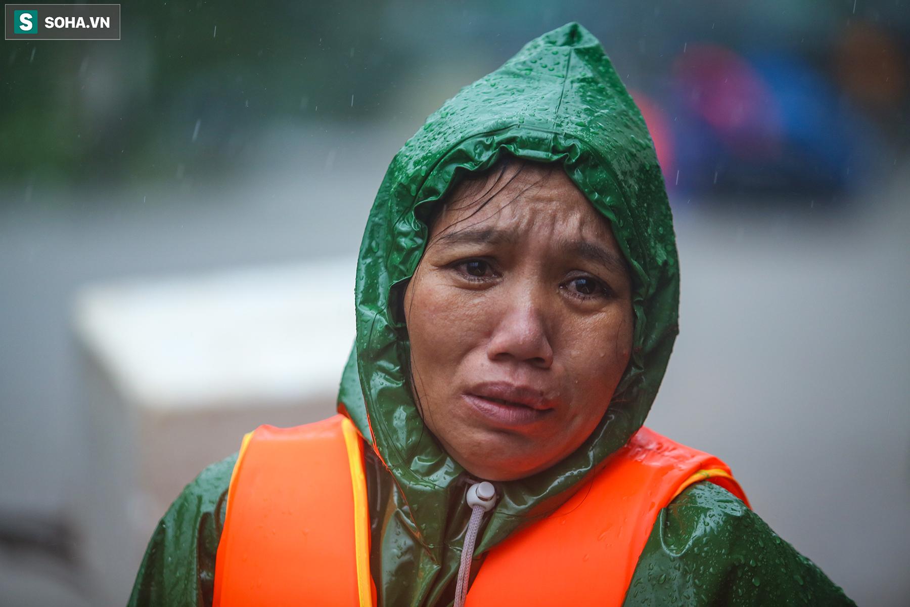 [Ảnh] Người phụ nữ ở Quảng Bình lao ra dòng nước lũ xin đồ ăn cho mẹ già bật khóc khi được cứu hộ khỏi ghe lật  - Ảnh 2.