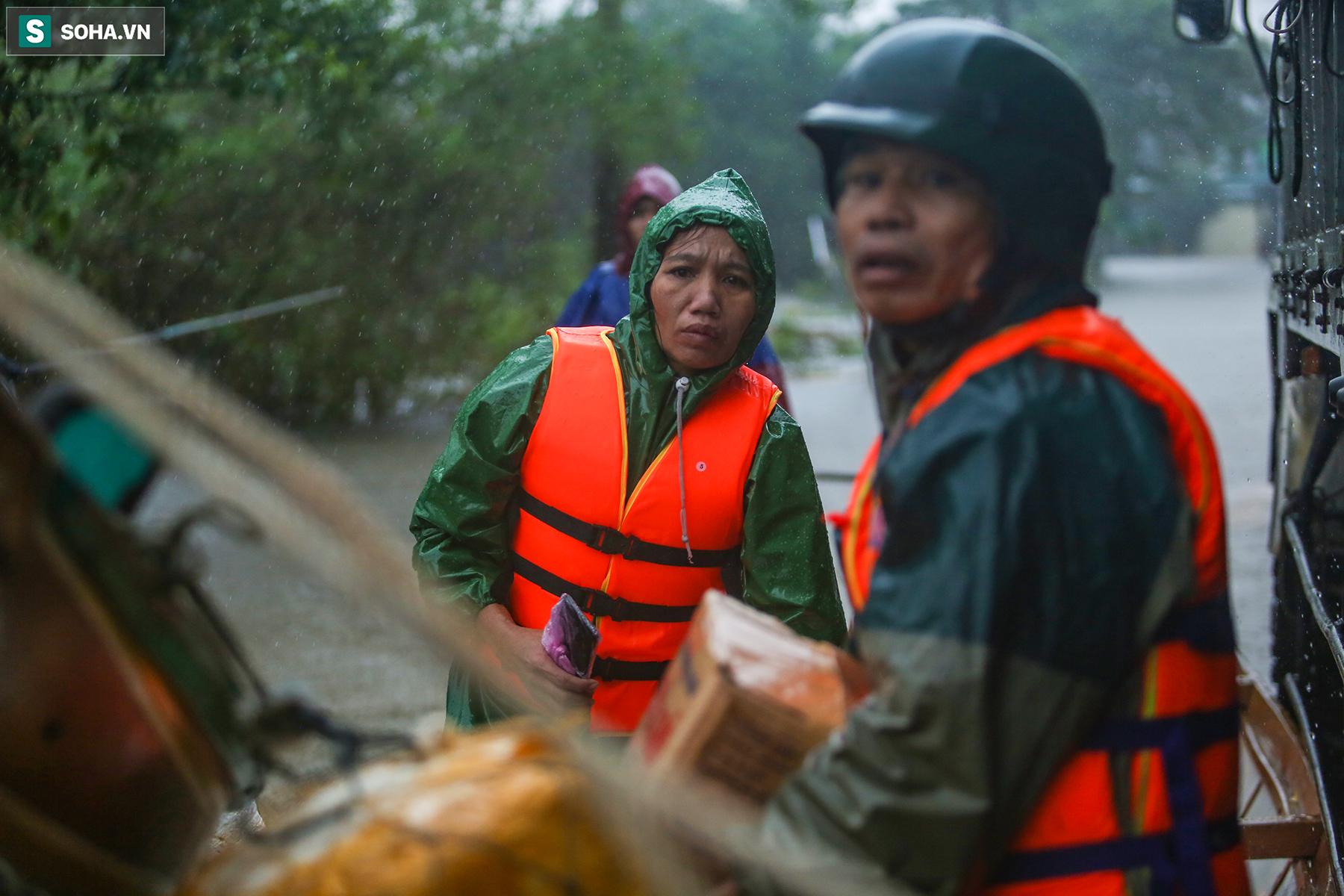 [Ảnh] Người phụ nữ ở Quảng Bình lao ra dòng nước lũ xin đồ ăn cho mẹ già bật khóc khi được cứu hộ khỏi ghe lật  - Ảnh 3.