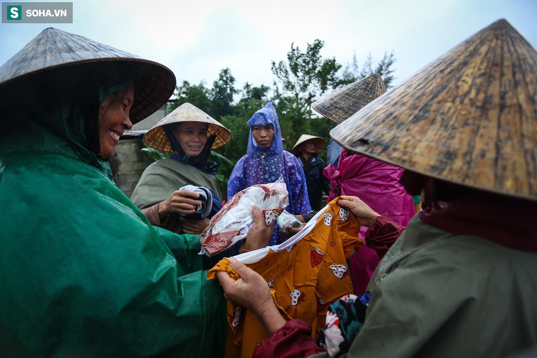 [Ảnh] Người phụ nữ ở Quảng Bình lao ra dòng nước lũ xin đồ ăn cho mẹ già bật khóc khi được cứu hộ khỏi ghe lật  - Ảnh 11.