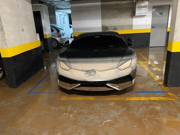 Buốt ruột Lamborghini 8 tỷ nhem nhuốc bùn đất, nước lũ tràn vào khoang lái - Ảnh 3.