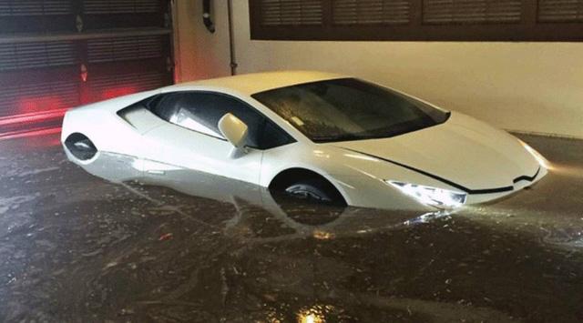 Buốt ruột Lamborghini 8 tỷ nhem nhuốc bùn đất, nước lũ tràn vào khoang lái - Ảnh 4.
