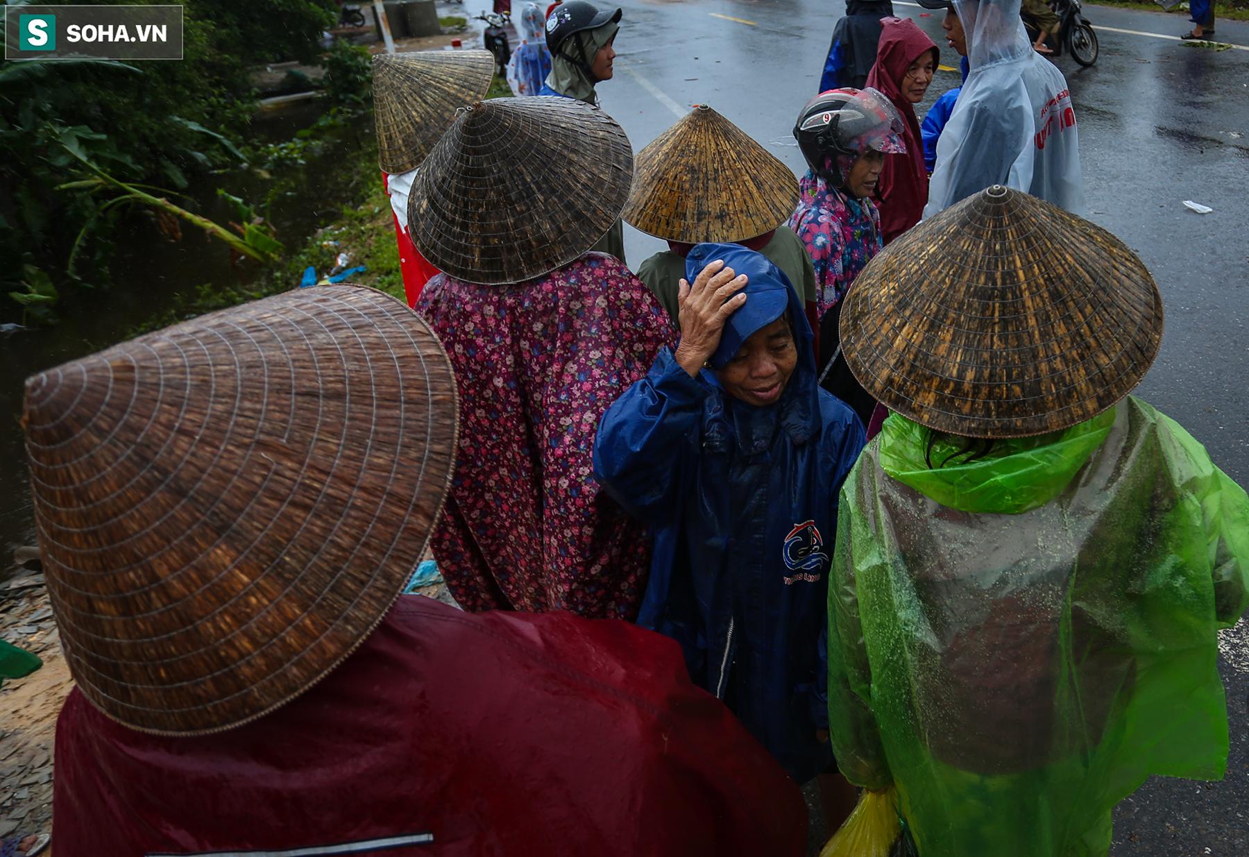 [Ảnh] Người phụ nữ ở Quảng Bình lao ra dòng nước lũ xin đồ ăn cho mẹ già bật khóc khi được cứu hộ khỏi ghe lật  - Ảnh 6.