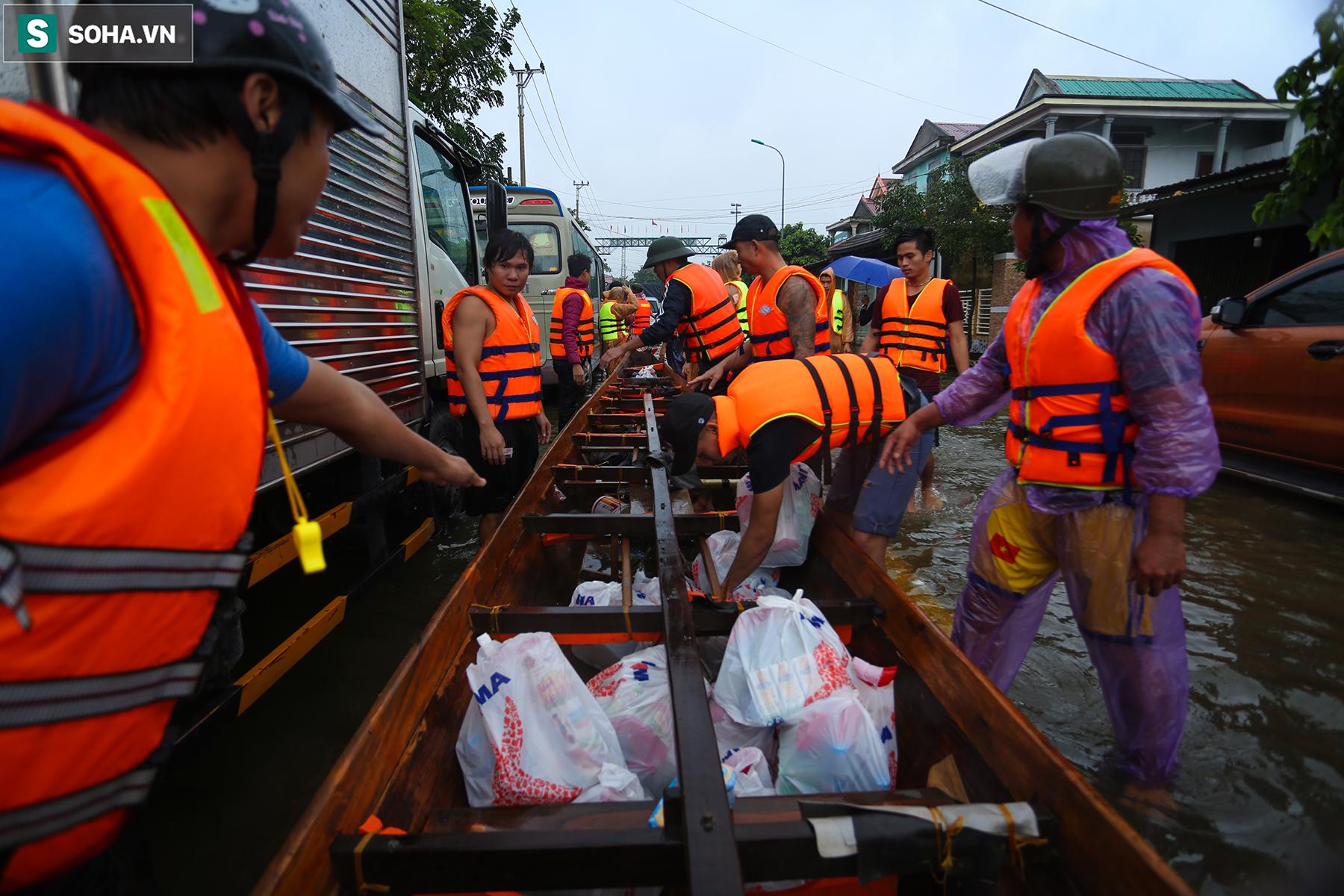 [Ảnh] Người phụ nữ ở Quảng Bình lao ra dòng nước lũ xin đồ ăn cho mẹ già bật khóc khi được cứu hộ khỏi ghe lật  - Ảnh 13.