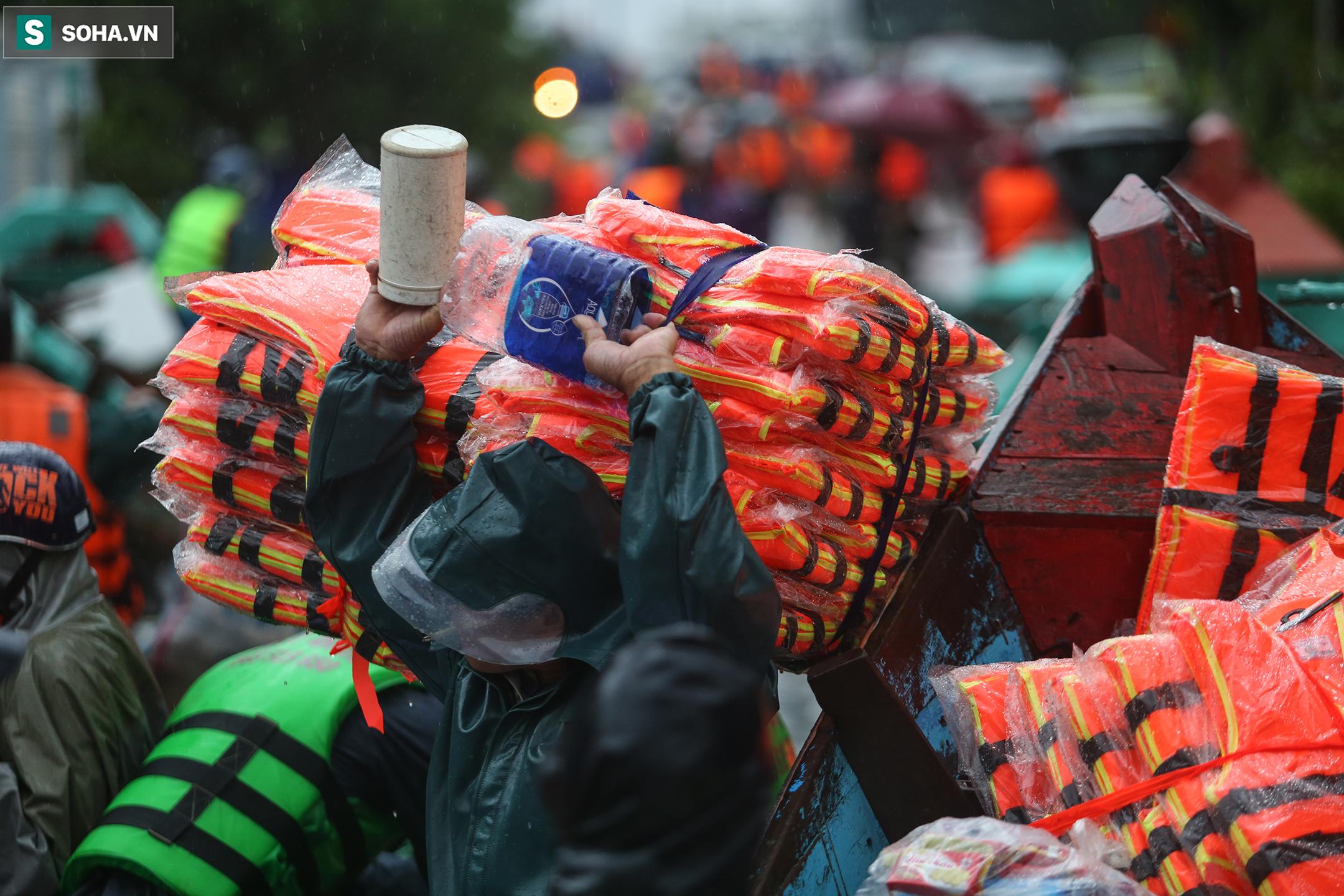 [Ảnh] Người phụ nữ ở Quảng Bình lao ra dòng nước lũ xin đồ ăn cho mẹ già bật khóc khi được cứu hộ khỏi ghe lật  - Ảnh 5.