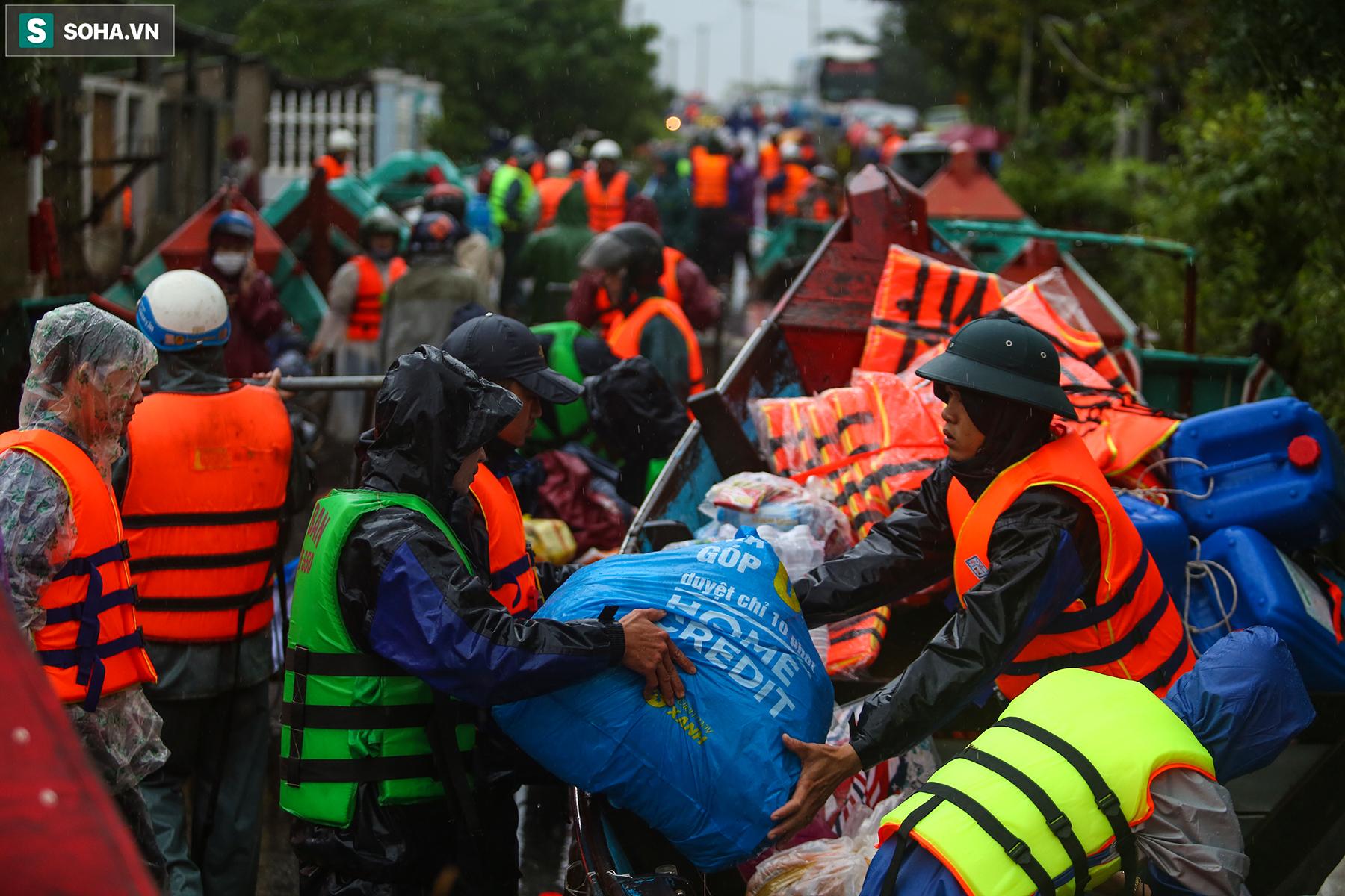 [Ảnh] Người phụ nữ ở Quảng Bình lao ra dòng nước lũ xin đồ ăn cho mẹ già bật khóc khi được cứu hộ khỏi ghe lật  - Ảnh 1.