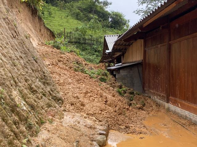 Nghệ An: Sợ sạt lở đất, hàng nghìn người được sơ tán đến lán trại khẩn cấp - Ảnh 1.