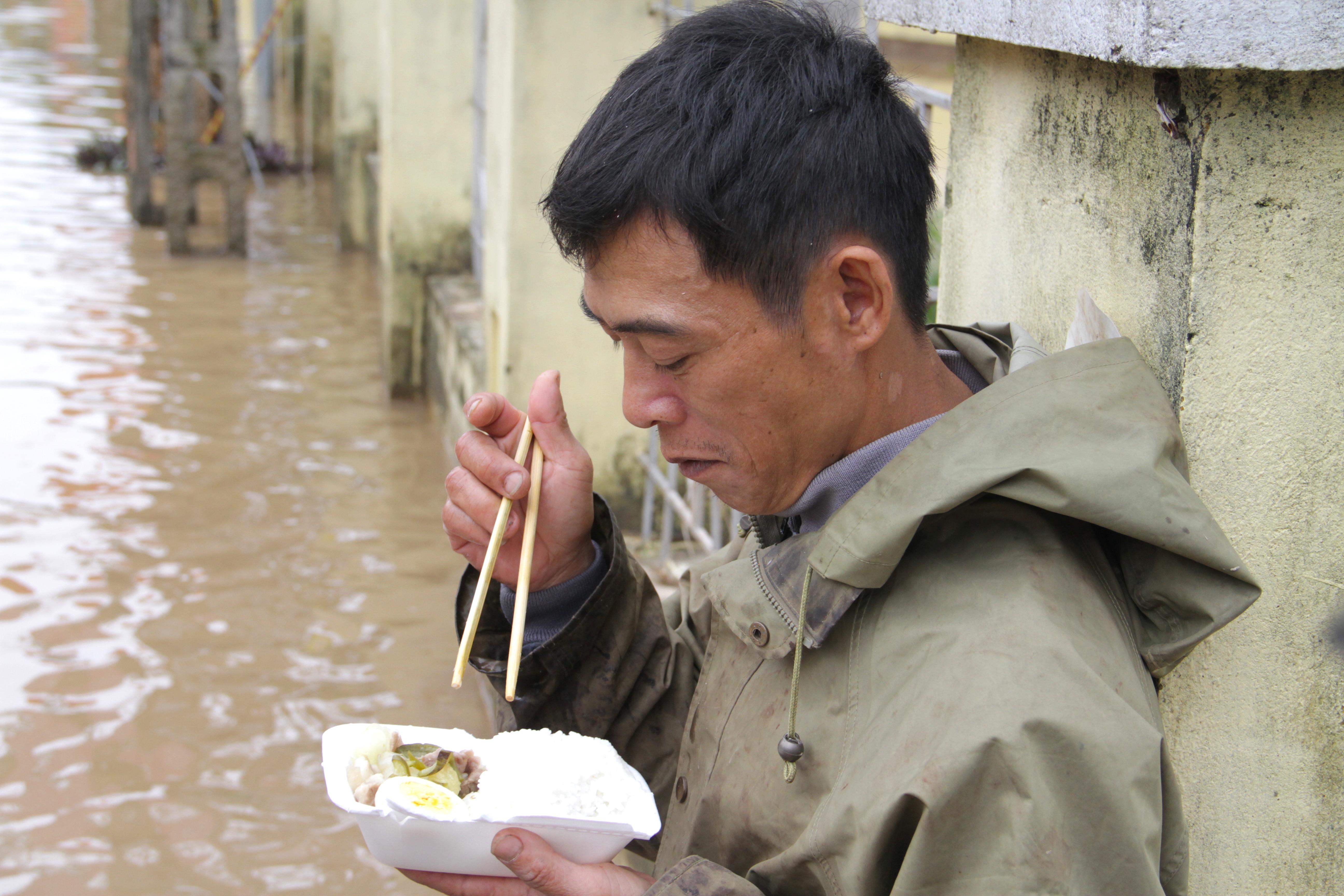 Đói quá, phải ăn vội miếng cơm để còn chở hàng vào cứu người dân - Ảnh 8.