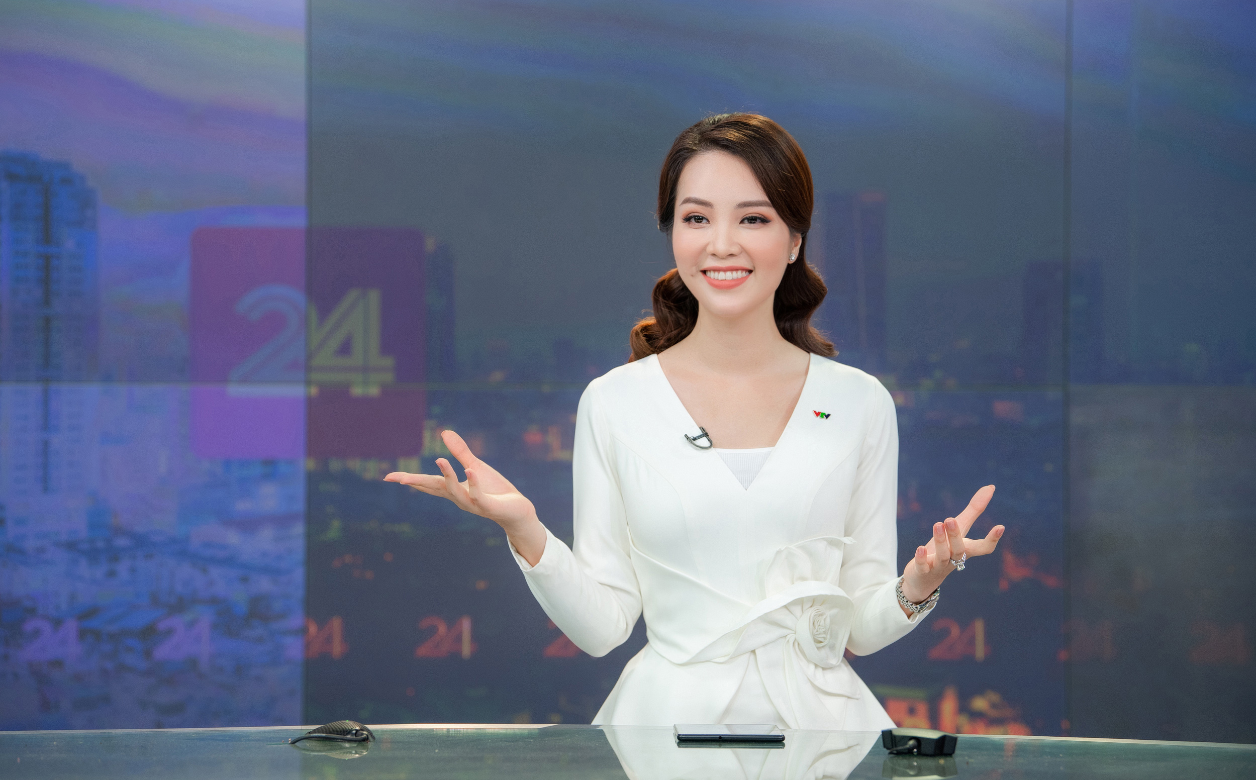 """Á hậu Thụy Vân lên sóng, """"đập tan"""" tin đồn nghỉ việc ở VTV"""