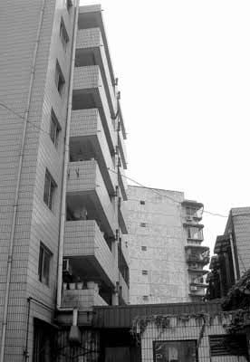 Chồng quấy rối con gái chủ nhà, người phụ nữ bị bố mẹ cháu bé ném từ cửa sổ tầng 6 xuống - Ảnh 1.