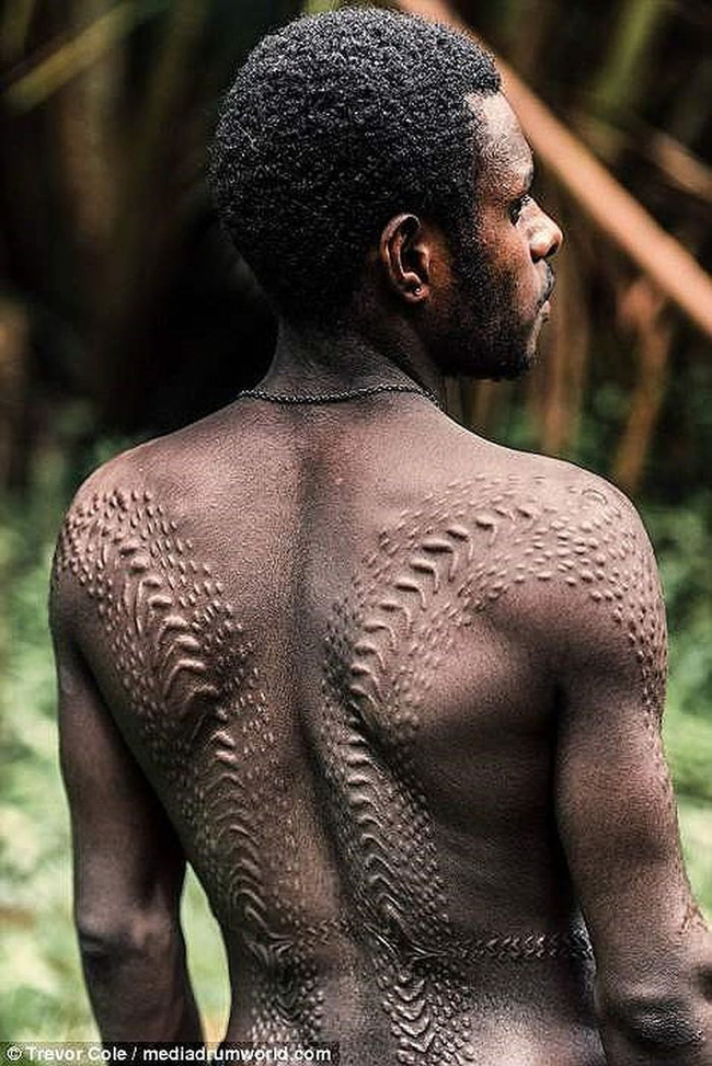 Bộ lạc bí hiểm và những tập tục kinh dị và ớn lạnh ở Papua New Guinea - Ảnh 2.