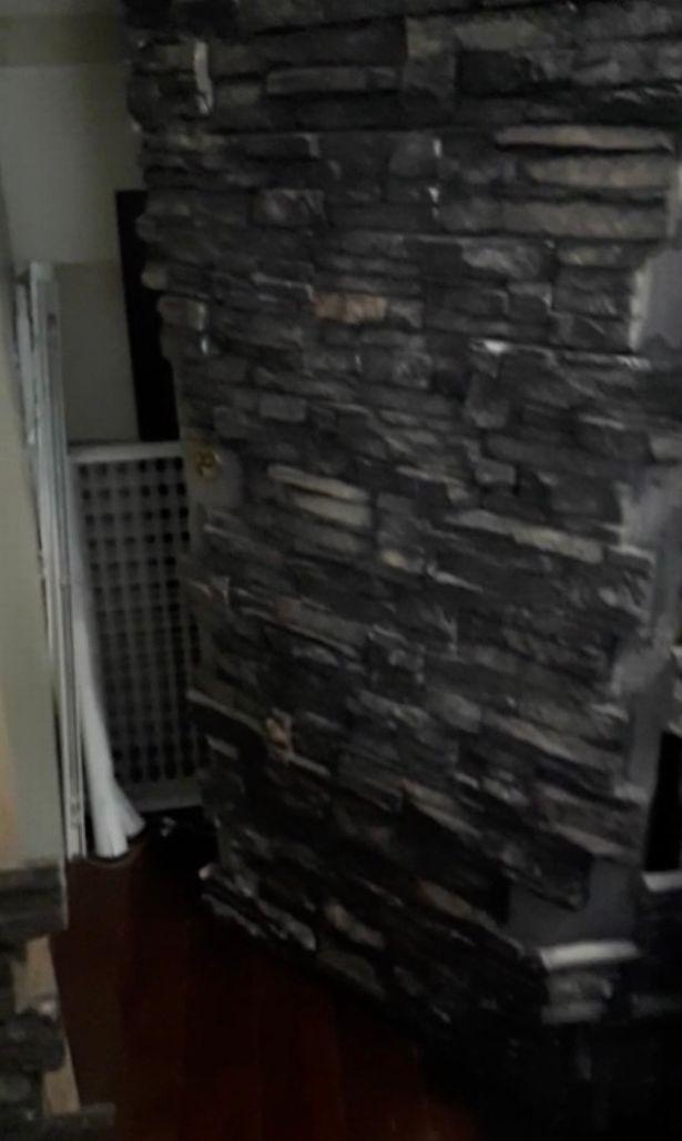 Chuyển đến ở được 5 năm, 1 ngày chủ nhà phát hiện ra điều khó ngờ sau bức tường trong phòng ăn - Ảnh 2.