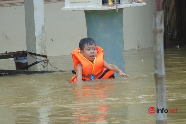 Chủ tịch huyện ở Quảng Trị lên tiếng về việc ký văn bản cứu trợ khiến dân mạng xôn xao - Ảnh 1.