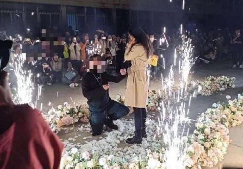 Thiếu gia lái 6 siêu xe đến cầu hôn thành công nữ sinh giữa sân trường và cái kết tất cả lên phường - Ảnh 1.