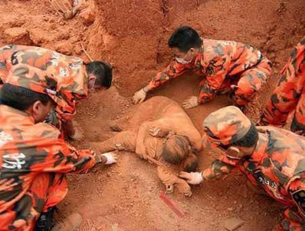 Sự thật về bức ảnh mẹ ôm chặt con dưới lớp bùn đất được cho là do sạt lở ở Quảng Trị lan truyền trên MXH - Ảnh 2.