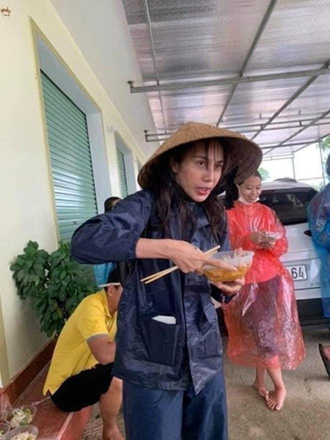 Thủy Tiên công khai số tiền đã chi cho 8 ngày từ thiện, trả lại 300 triệu tiền ủng hộ nhầm - Ảnh 1.