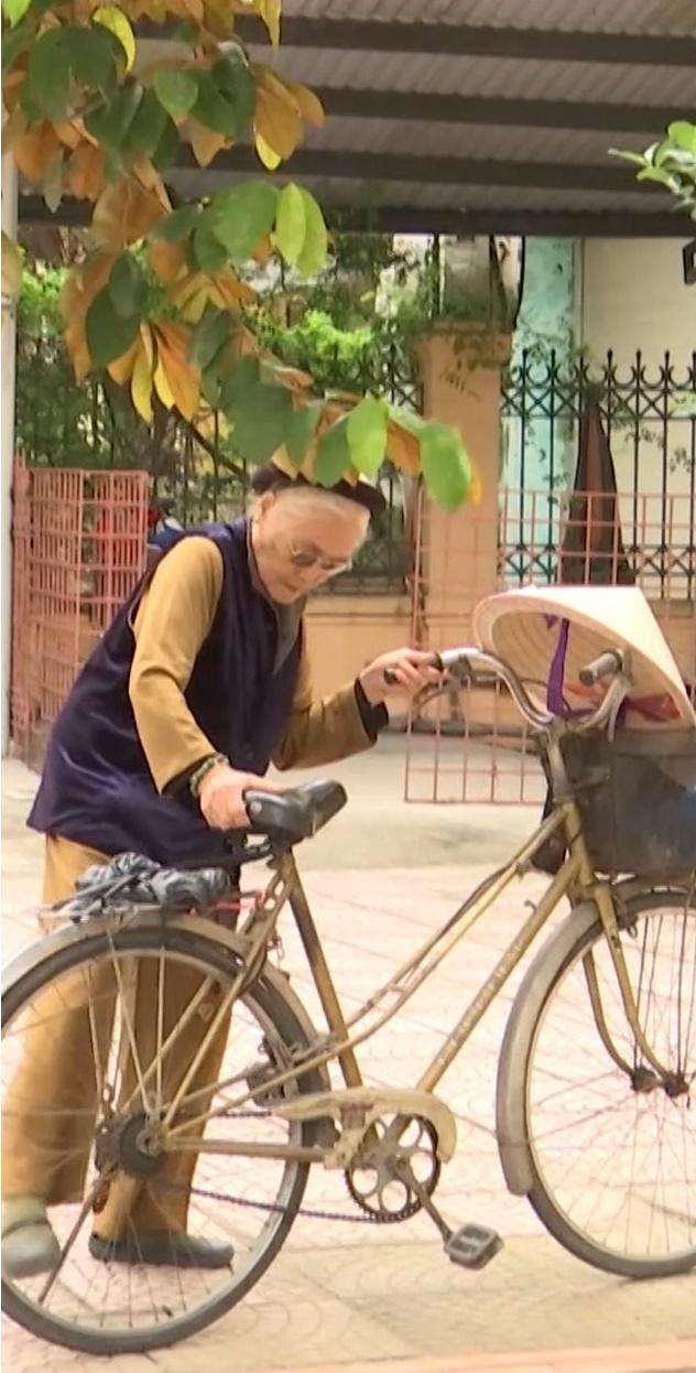 Cụ bà 88 tuổi đập lợn đất được 5 triệu, đạp xe đi ủng hộ người dân miền Trung - Ảnh 1.