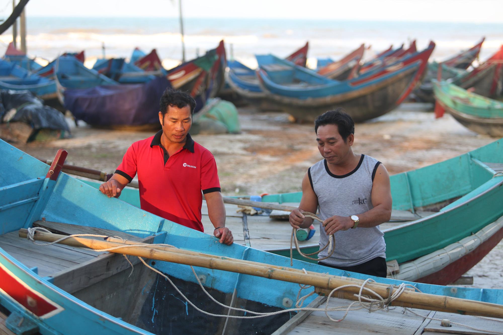 Chuyện lạ chưa từng có trong lũ lịch sử ở Quảng Bình: Thuyền đi biển lên đồng bằng cứu nạn - Ảnh 8.