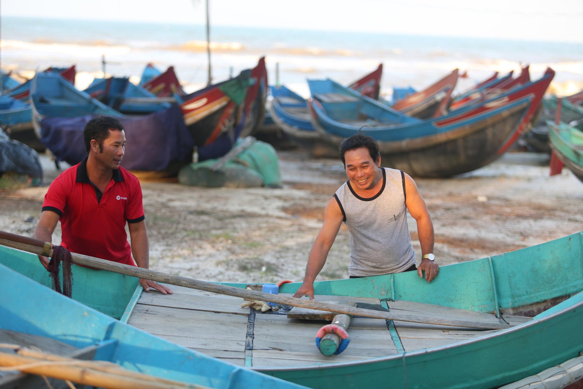 Chuyện lạ chưa từng có trong lũ lịch sử ở Quảng Bình: Thuyền đi biển lên đồng bằng cứu nạn - Ảnh 7.