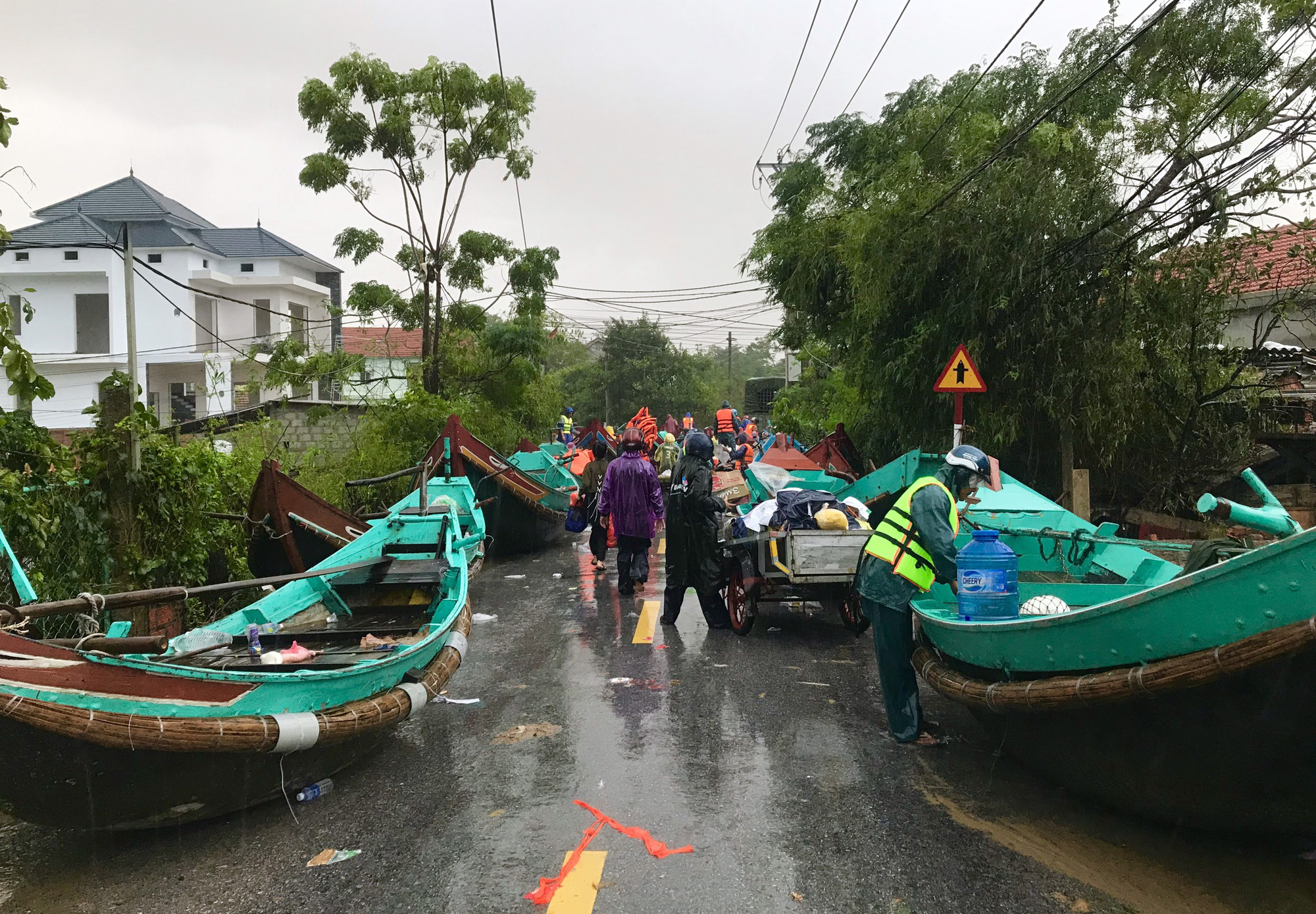 Chuyện lạ chưa từng có trong lũ lịch sử ở Quảng Bình: Thuyền đi biển lên đồng bằng cứu nạn - Ảnh 5.