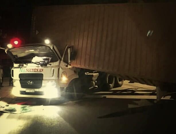 Thùng container đè bẹp cabin, tài xế chết kẹt trên ghế lái - Ảnh 1.