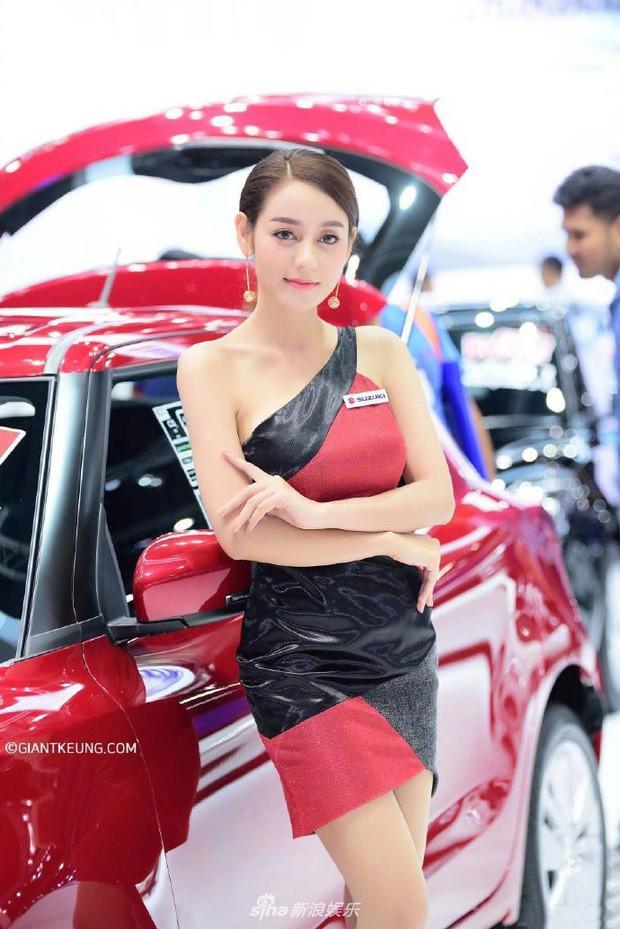 Người mẫu xe hơi gây 'bão' mạng vì quá giống Địch Lệ Nhiệt Ba - Ảnh 2.