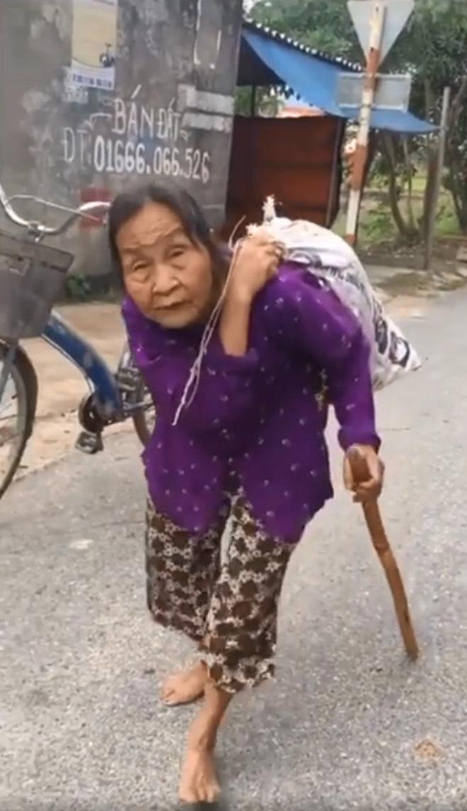 Gặp cụ bà lưng còng cõng bao quần áo, mì tôm ủng hộ người dân miền Trung: Hơn 200.000 đồng/tháng tôi ăn tiêu xả láng, giúp được phần nào hay phần đó - Ảnh 1.