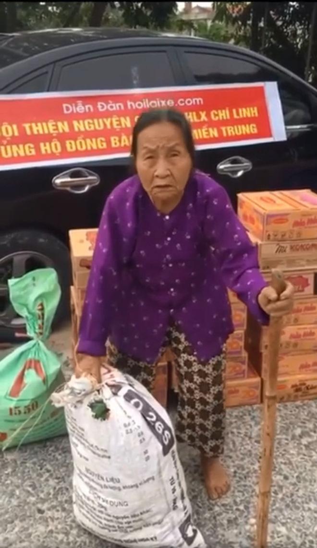 Gặp cụ bà lưng còng cõng bao quần áo, mì tôm ủng hộ người dân miền Trung: Hơn 200.000 đồng/tháng tôi ăn tiêu xả láng, giúp được phần nào hay phần đó - Ảnh 2.