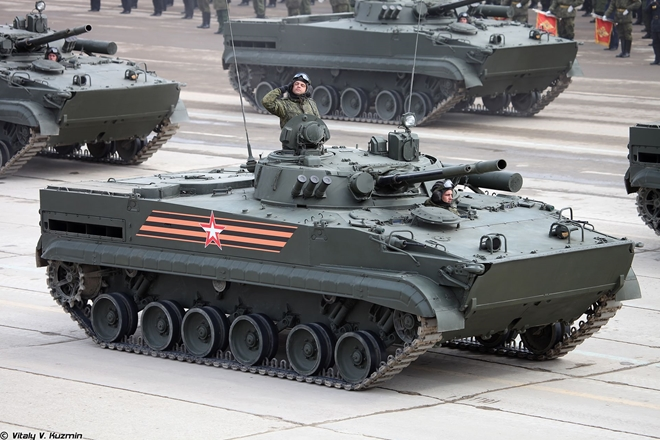 Lính Nga say rượu lái thiết giáp húc đổ tường sân bay quốc tế - ảnh 1