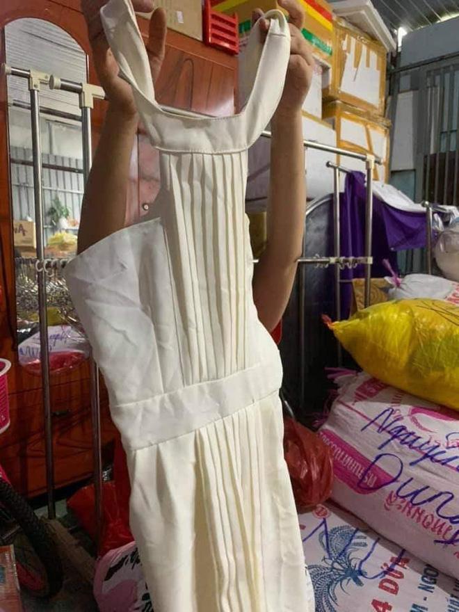 Ngán ngẩm cảnh quần áo rách, váy 2 dây, đồ lót đã qua sử dụng… được đem đi từ thiện, ủng hộ người dân miền Trung - Ảnh 1.