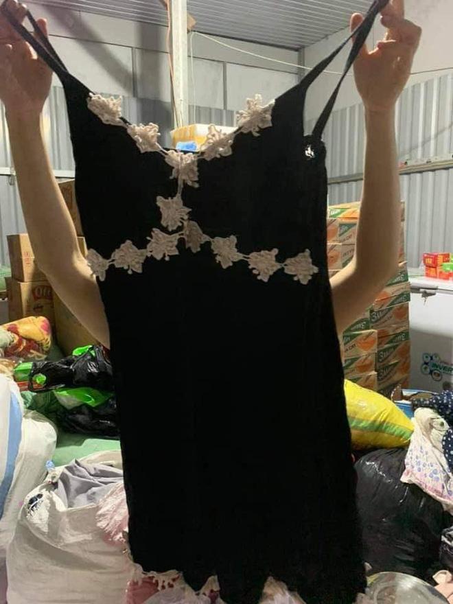 Ngán ngẩm cảnh quần áo rách, váy 2 dây, đồ lót đã qua sử dụng… được đem đi từ thiện, ủng hộ người dân miền Trung - Ảnh 2.