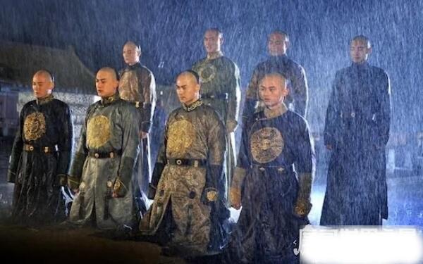 Thân là Hoàng đế, vì sao lần đầu nhìn thấy Càn Long, Khang Hy lại kinh ngạc đến mức phải đặt chén rượu trên tay xuống? - Ảnh 3.