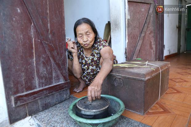 Gặp cụ bà lưng còng cõng bao quần áo, mì tôm ủng hộ người dân miền Trung: Hơn 200.000 đồng/tháng tôi ăn tiêu xả láng, giúp được phần nào hay phần đó - Ảnh 12.