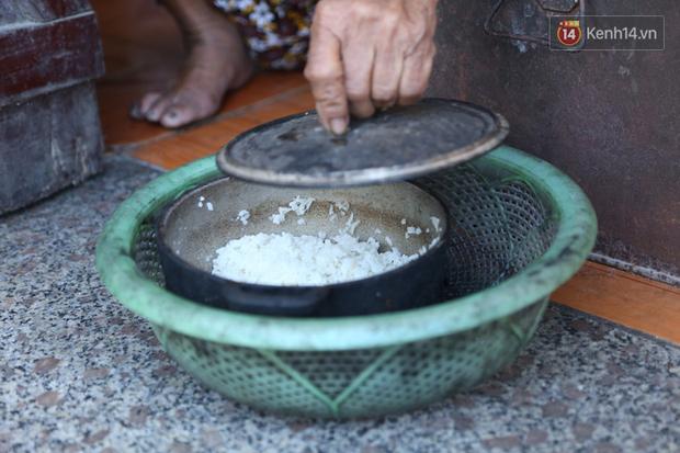 Gặp cụ bà lưng còng cõng bao quần áo, mì tôm ủng hộ người dân miền Trung: Hơn 200.000 đồng/tháng tôi ăn tiêu xả láng, giúp được phần nào hay phần đó - Ảnh 13.