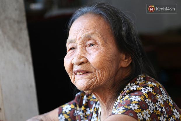 Gặp cụ bà lưng còng cõng bao quần áo, mì tôm ủng hộ người dân miền Trung: Hơn 200.000 đồng/tháng tôi ăn tiêu xả láng, giúp được phần nào hay phần đó - Ảnh 14.