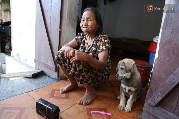Gặp cụ bà lưng còng cõng bao quần áo, mì tôm ủng hộ người dân miền Trung: Hơn 200.000 đồng/tháng tôi ăn tiêu xả láng, giúp được phần nào hay phần đó - Ảnh 16.
