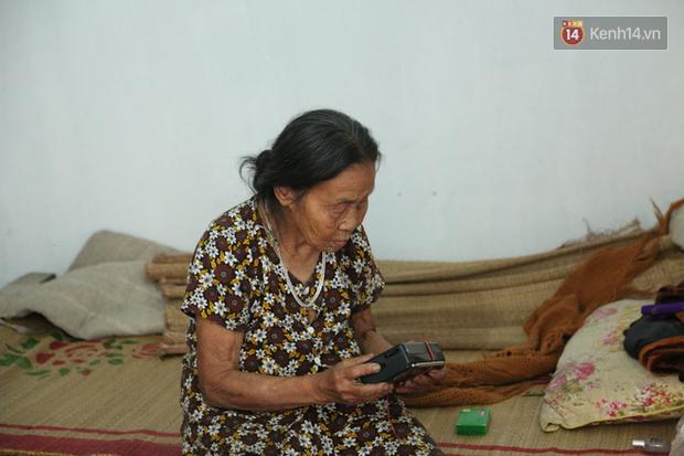 Gặp cụ bà lưng còng cõng bao quần áo, mì tôm ủng hộ người dân miền Trung: Hơn 200.000 đồng/tháng tôi ăn tiêu xả láng, giúp được phần nào hay phần đó - Ảnh 17.