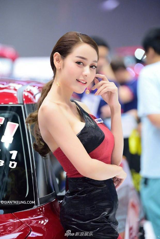 Người mẫu xe hơi gây 'bão' mạng vì quá giống Địch Lệ Nhiệt Ba - Ảnh 3.