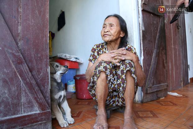 Gặp cụ bà lưng còng cõng bao quần áo, mì tôm ủng hộ người dân miền Trung: Hơn 200.000 đồng/tháng tôi ăn tiêu xả láng, giúp được phần nào hay phần đó - Ảnh 3.