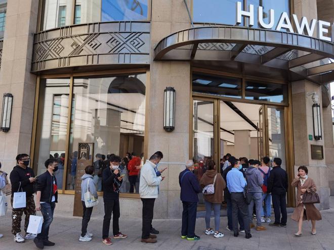 Mate 40 cháy đơn đặt trước, người mua tranh nhau vì sợ sau này Huawei cũng chẳng có hàng mà bán - Ảnh 3.