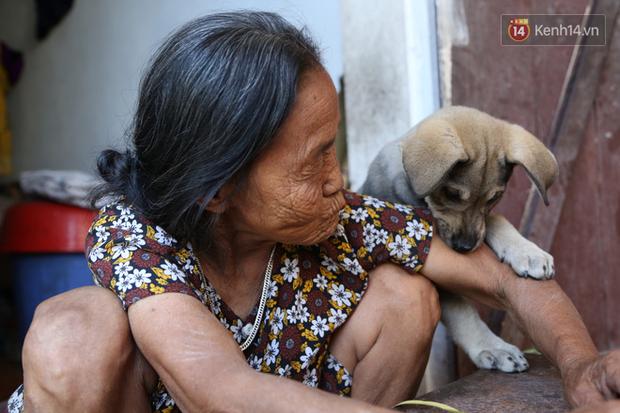 Gặp cụ bà lưng còng cõng bao quần áo, mì tôm ủng hộ người dân miền Trung: Hơn 200.000 đồng/tháng tôi ăn tiêu xả láng, giúp được phần nào hay phần đó - Ảnh 21.