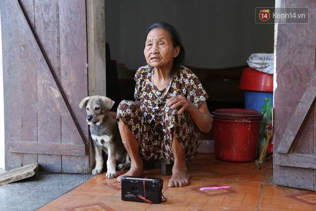 Gặp cụ bà lưng còng cõng bao quần áo, mì tôm ủng hộ người dân miền Trung: Hơn 200.000 đồng/tháng tôi ăn tiêu xả láng, giúp được phần nào hay phần đó - Ảnh 22.