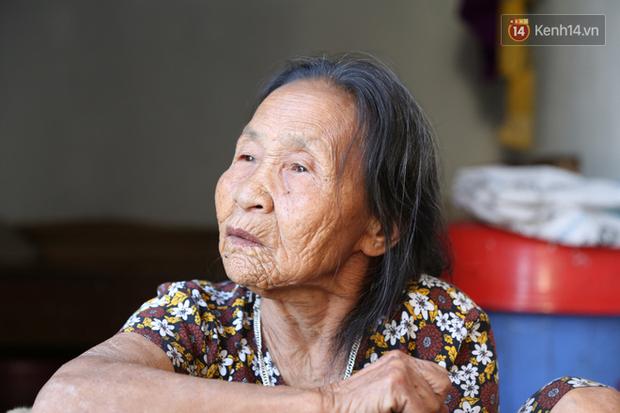 Gặp cụ bà lưng còng cõng bao quần áo, mì tôm ủng hộ người dân miền Trung: Hơn 200.000 đồng/tháng tôi ăn tiêu xả láng, giúp được phần nào hay phần đó - Ảnh 4.