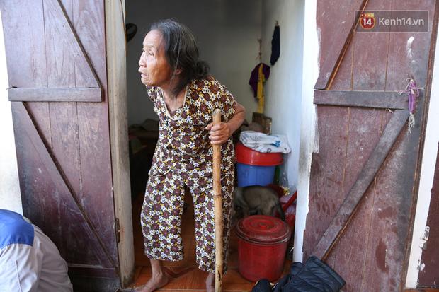Gặp cụ bà lưng còng cõng bao quần áo, mì tôm ủng hộ người dân miền Trung: Hơn 200.000 đồng/tháng tôi ăn tiêu xả láng, giúp được phần nào hay phần đó - Ảnh 5.
