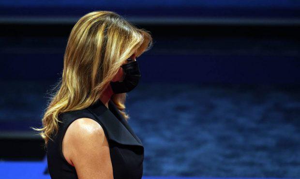 Bà Melania tái xuất hậu COVID-19, đeo khẩu trang đi cổ vũ ông Trump - Ảnh 5.