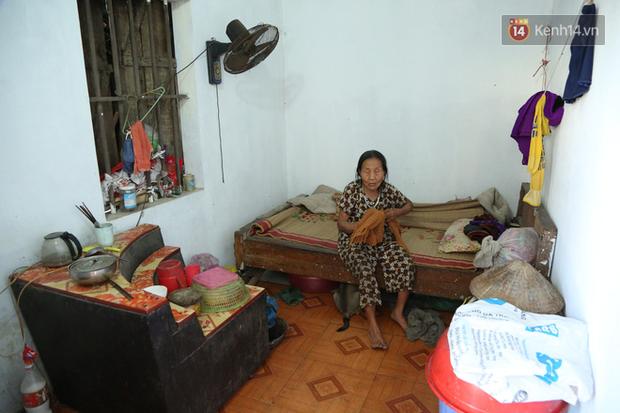 Gặp cụ bà lưng còng cõng bao quần áo, mì tôm ủng hộ người dân miền Trung: Hơn 200.000 đồng/tháng tôi ăn tiêu xả láng, giúp được phần nào hay phần đó - Ảnh 6.
