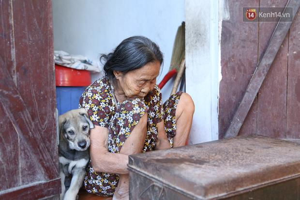 Gặp cụ bà lưng còng cõng bao quần áo, mì tôm ủng hộ người dân miền Trung: Hơn 200.000 đồng/tháng tôi ăn tiêu xả láng, giúp được phần nào hay phần đó - Ảnh 8.