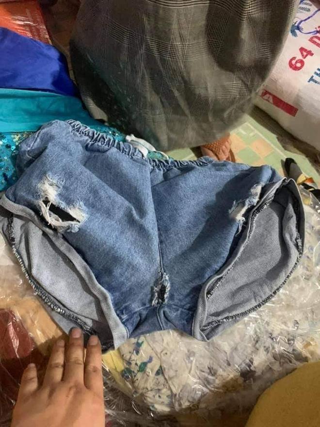 Ngán ngẩm cảnh quần áo rách, váy 2 dây, đồ lót đã qua sử dụng… được đem đi từ thiện, ủng hộ người dân miền Trung - Ảnh 8.